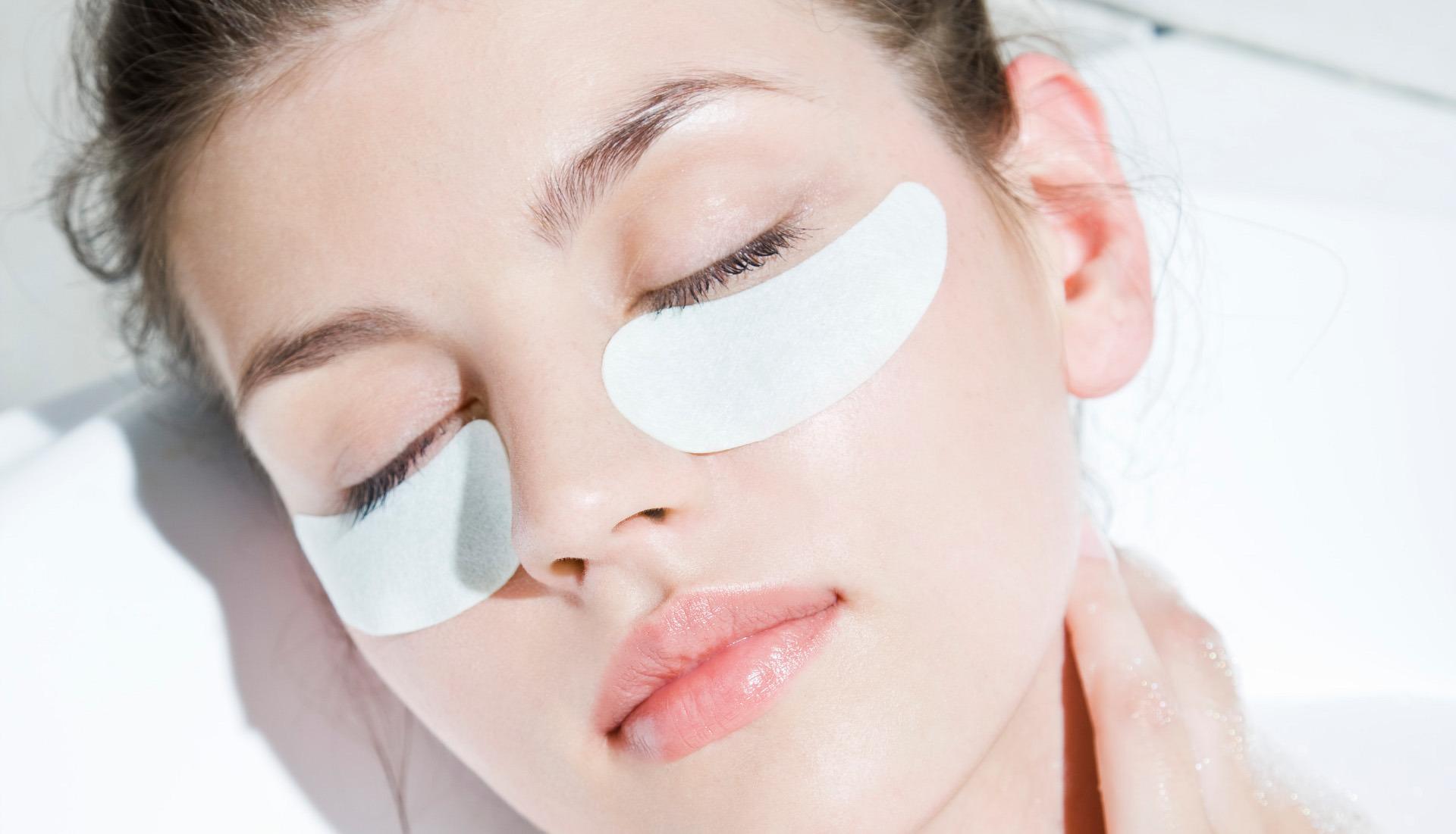 płatki kolagenowe zredukują cienie i opuchliznę pod oczami