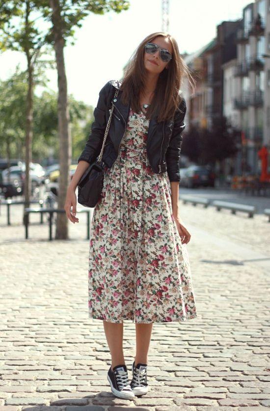 czarne trampki i sukienka w kwiaty
