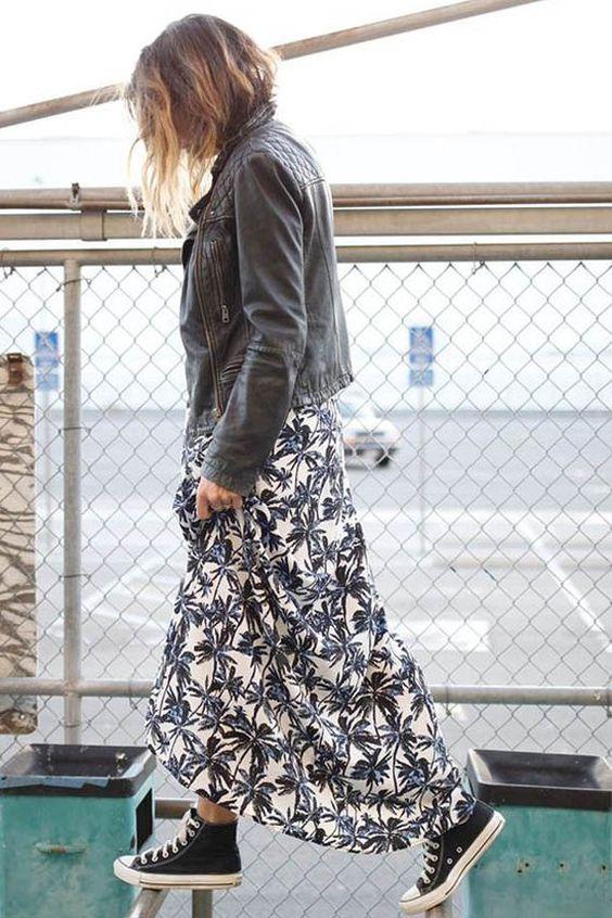 czarne trampki i długa sukienka