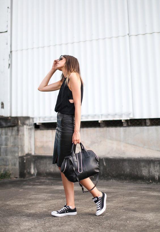 czarne trampki i skórzana spódnica