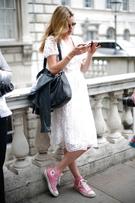 różowe trampki i biała sukienka