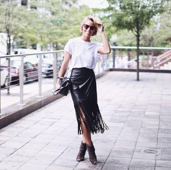 biały t-shirt i skórzana spódnica