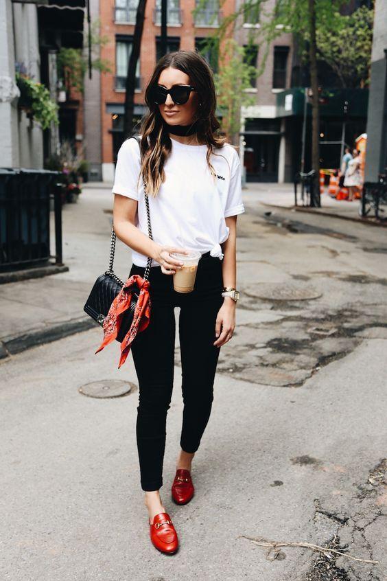 modny biały t-shirt