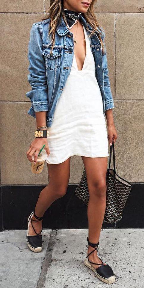 espadryle i biała sukienka