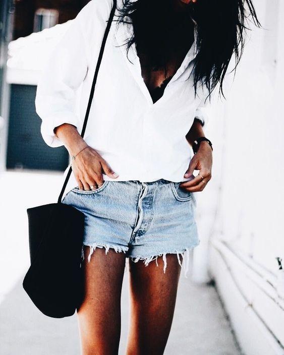 biała koszula i jeansowe szorty