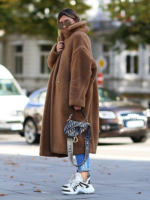 pluszowy płaszcz i ugly sneakers