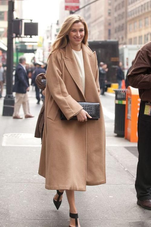 modny beżowy płaszcz