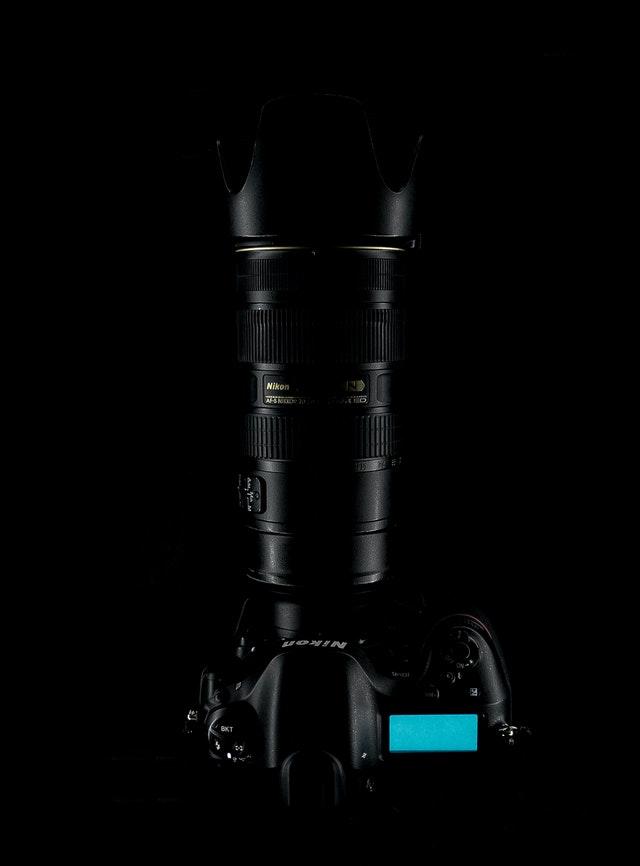 Kurs fotografii dla początkujących pozwoli Ci lepiej poznać sprzęt taki jak body aparatu, osłona przeciwsłoneczna