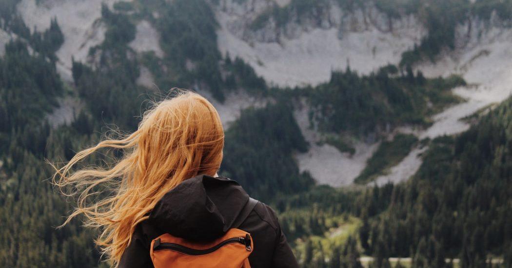 kobieta podczas podróży w góry