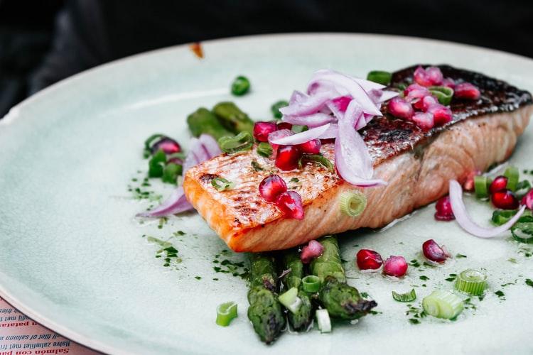 smażyć łososia - danie na talerzu